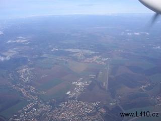 Město a letiště Vyškov s dobře patrným úsekem dálnice, který měl být používán jako vojenská záložní přistávací plocha