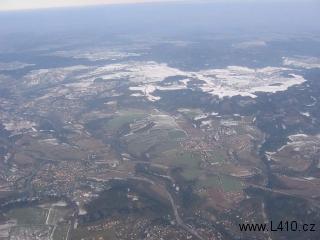 Několikeré křížení silnice a železnice přes dálnici u Mirošovic, nahoře je jižní okraj Mnichovic a vpravo východně Ladovy Hrusice, když se pozorně podíváte, indentifikujete dokonce i kostelík, nesčetněkrát se opakující na Ladových obrázcích