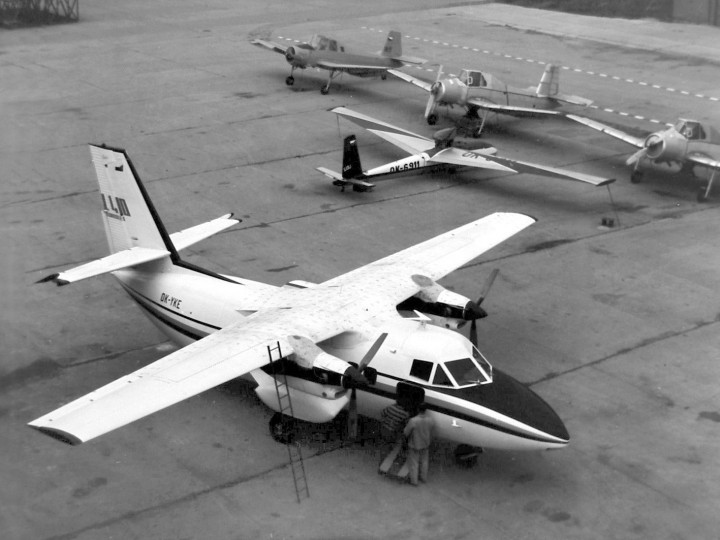 """na centroplánu nalepeny \""""bavlnky\"""" pro vizualizaci proudění, v pozadí druhý prototyp L-13J"""