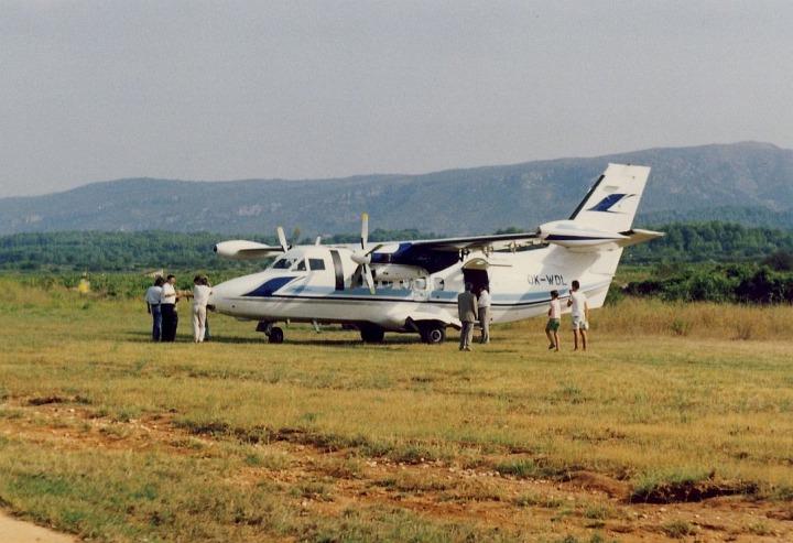 """Letoun L-410UVP-E20 OK-WDL společnosti Lusiana na """"letišti"""" na chorvatském ostrově Hvar 21.září 1992, foto A.Orlita"""