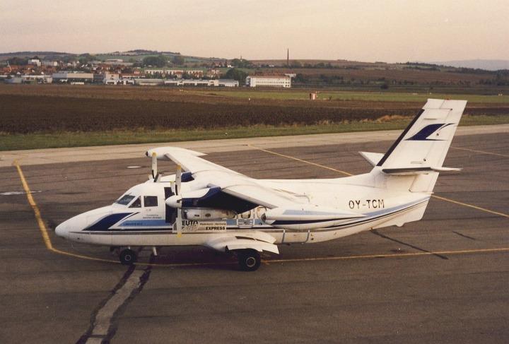 L-410UVP-E20 OY-TCM (ex OK-WDJ) na stání č.2 kunovického letiště, kolem roku 2000. Na boku trupu pod křídlem nápis společnosti Teuto Air Express, Padderborn Germany, foto A. Orlita