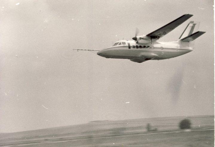 Pravdepodobne jediný existující snímek havarovaného prototypu X03. Ze snímku je zrejmé, že v prubehu letových zkoušek na nej byl namontován kýl z X01 s cástí cerveného pruhu (asi po nejakých úpravách)