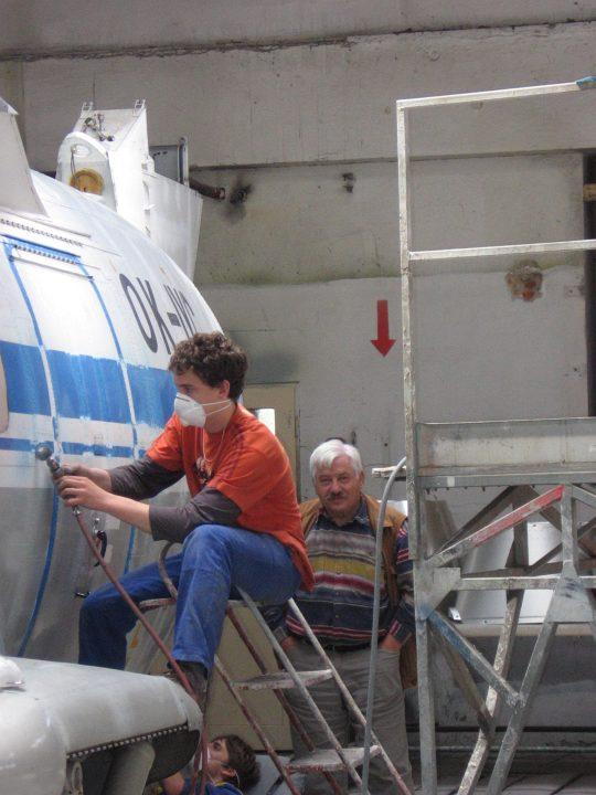 kveten 2008 - broušení starého náteru, v pozadí Jaromír Novák, nekdejší vedoucí zkušební pilot a.s. LET, tady jako  instruktor odborného výcviku leteckého ucilište